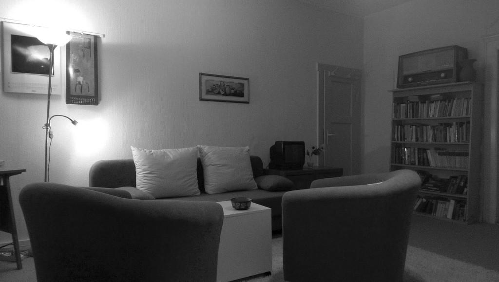 Auf den ersten Blick sieht es aus wie ein ganz normales Wohnzimmer. Nur wer wirklich gründlich sucht, kann alle Hinweise finden, die sich im Raum verstecken.